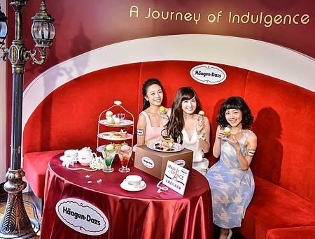 優雅甜美的女神翁滋蔓常常跟姊妹們一起來到充滿浪漫氛圍的Häagen-Dazs敦南旗艦店享用甜點