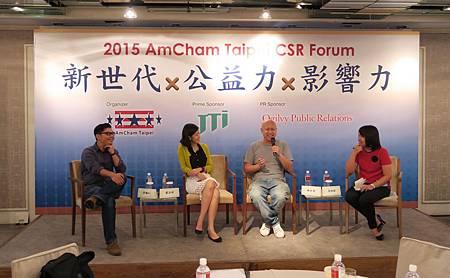 (由左至右)TEDxTaipei 創辦人許毓仁、Teach For Taiwan 為台灣而教創辦人劉安婷、Flying V群眾募資創辦人 林弘全均透過自身經驗,談論他們的夢想緣起、過程經歷,以及未來發展