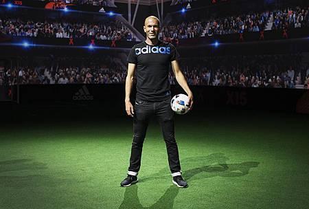 本屆比賽用球的揭幕大使-足球天王席丹