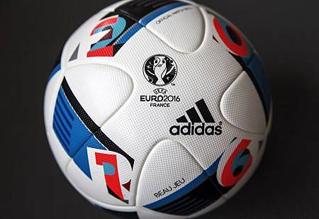 本次足球配色以法國三色旗的藍、白、紅組成,與代表歐洲足球錦標賽獎盃的銀色完美融合,並加入「E – U – R – O」 字母以及數字「2 – 0 – 1 – 6