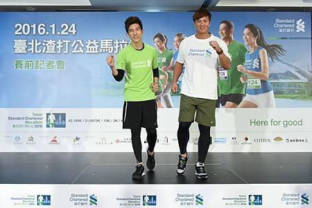 職棒好手高國輝與藝人修杰楷出席「2016臺北渣打公益馬拉松」賽前記者會,不只分享賽前的心情還切磋奶爸心得