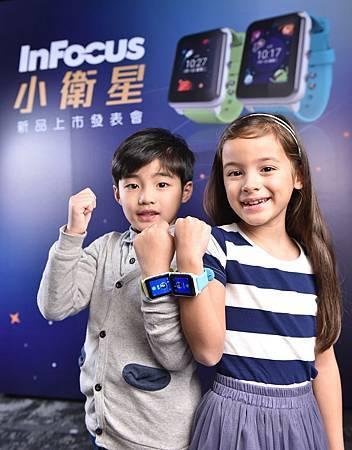 InFocus 小衛星搭載 1.6 吋百變互動介面,提供兩款時尚設計錶帶宇宙藍、星光綠,讓孩童自己打造個人風格。.jpg