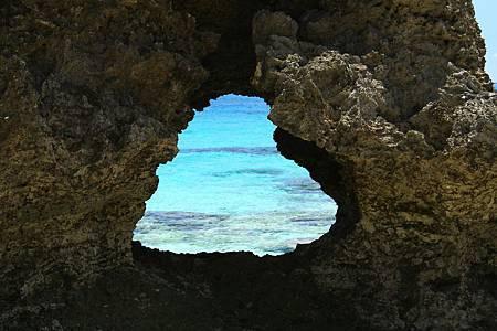 圖5:在海浪日積月累的沖蝕下,岩石被穿鑿成一個心形的空洞。.jpg