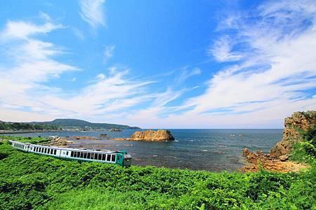 圖1:在五能線列車裡觀賞海水翻湧而來,畫面十分扣人心弦.jpg
