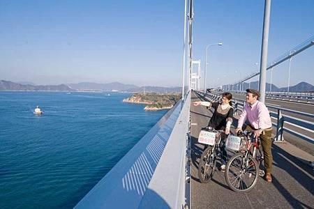 圖2-2: 輕輕享受迎面而過的風景和眺望瀨戶內海的美麗海景.jpg