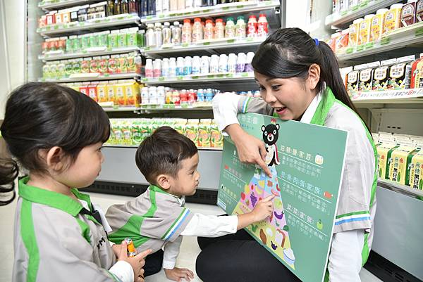 "Making FamilyMart from a mere retail environment to a fun classroom for ""balance-eating"".JPG"