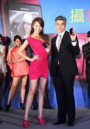 台灣諾基亞總經理許培楨與隋棠迎接Nokia N8 蜜桃新色.JPG