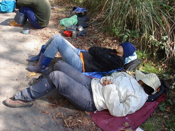 中午躺在路邊休息的工人XD