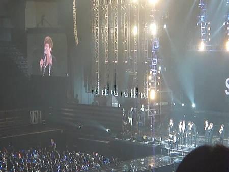 120203 SS4 in Taipei - Miracle(飛天氣球應援)+圭賢慶生 (15) - YouTube[21-41-49]