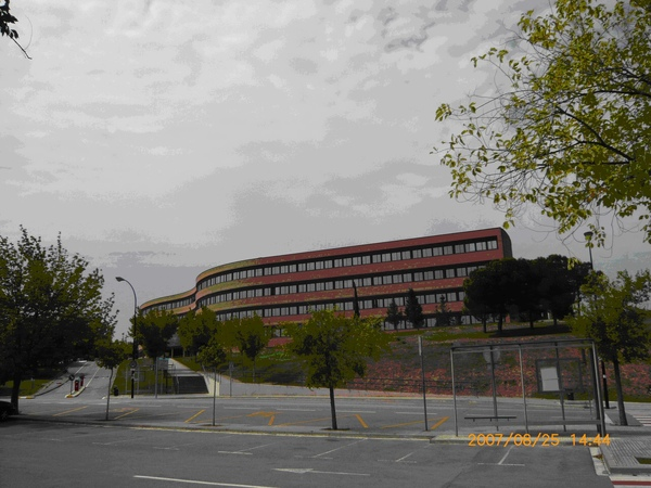 校內的巴士站(往火車站),後方是獸醫學院大樓.JPG