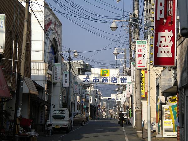 距離學校車程30分鐘左右的商店街.JPG