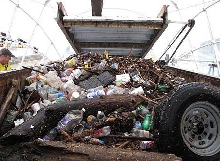 """巴爾的摩港的環保英雄""""垃圾輪先生""""_o-696x509"""