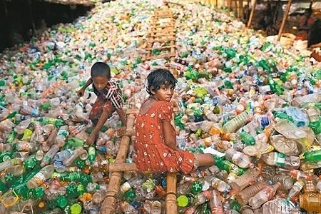 丟棄塑膠瓶釀環保危機 直逼全球氣候變遷