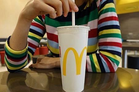 澳洲麥當勞2020年前淘汰塑膠吸管.jpg