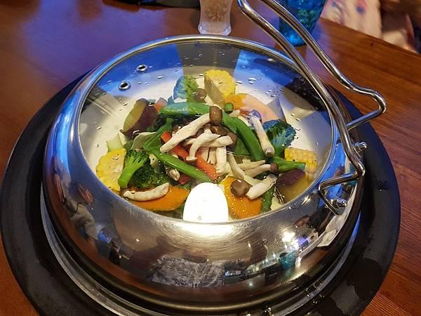 【蒸氣海鮮用餐小撇步】自助餐 Step 2. 先放蔬菜