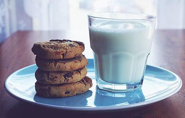 beverage-chocolate-chip-cookies-cookies-1325467.jpg