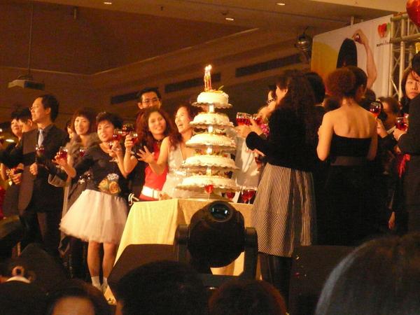 美麗的林總裁與皇冠群舉杯祝賀