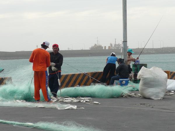 辛苦的漁民在整理魚網