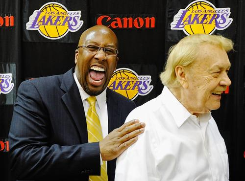 Coach Mike Brown 與 Jerry Buss