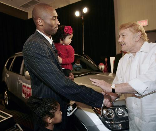 2008年 Jerry Buss 恭喜 Kobe 獲得 MVP