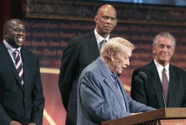 2010年 Jerry Buss入選名人堂致辭 旁為 Magic Johnson、Kareem Abdul Jabbar 與 Pat Riley