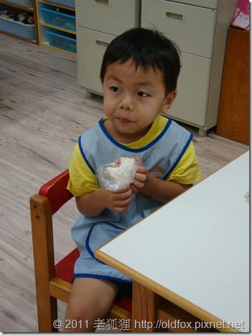 小罡在幼稚園裡吃早餐