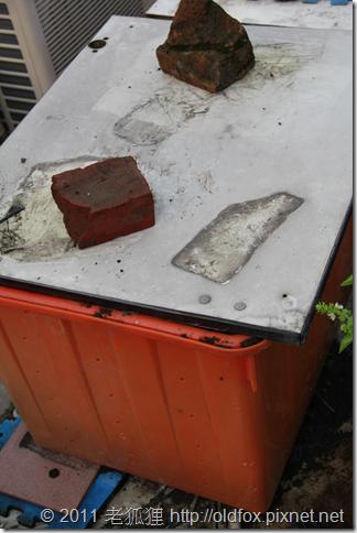 蓋上蓋子的堆肥桶