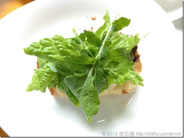 配上芝麻菜與萵苣的法國麵包
