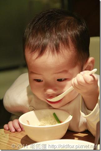 小雍自己吃飯