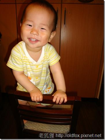 小雍爬到椅子上