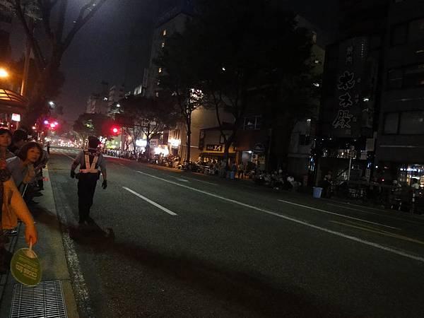 路邊擠滿人群