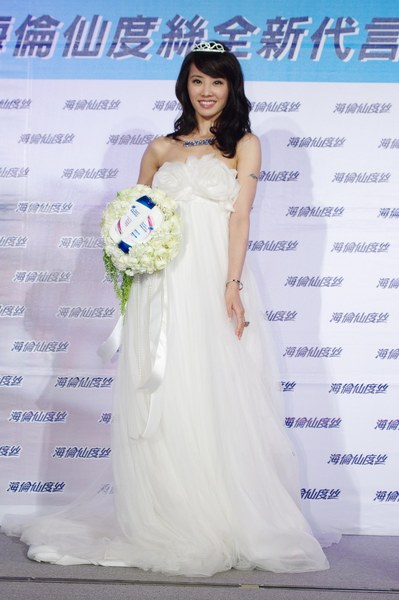 A:Jolin身穿白色婚紗正式下嫁海倫仙度絲.jpg