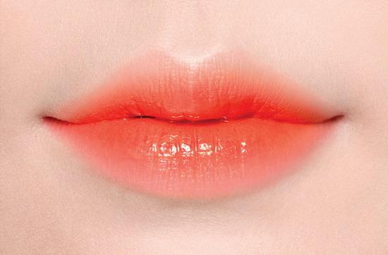 LANEIGE蘭芝 超放電絲絨雙色唇膏 Two Tone Lip Bar 2g, NT.890元(No.13 Orange_Blurring甜橙)妝效特寫_正.jpg