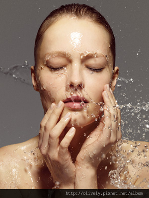 woman-washing-her-face