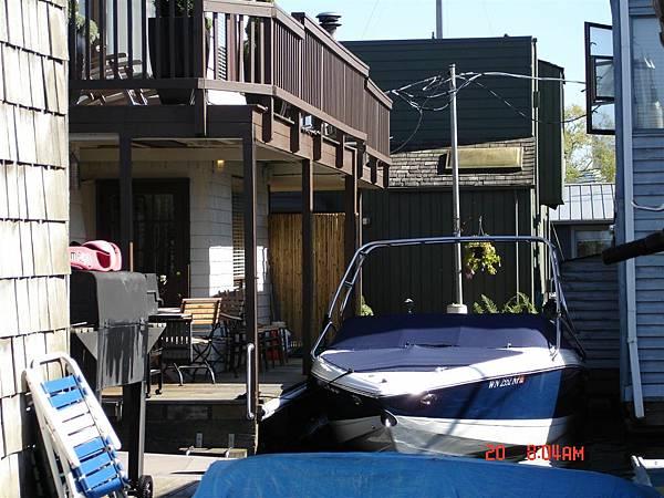 甲板社區裡家家戶戶都有船