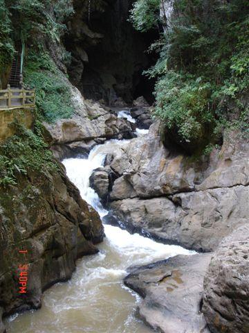 溪水纏繞峰巒奇石間