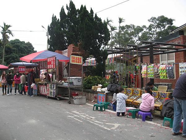 社區活動中心旁來了好多攤販