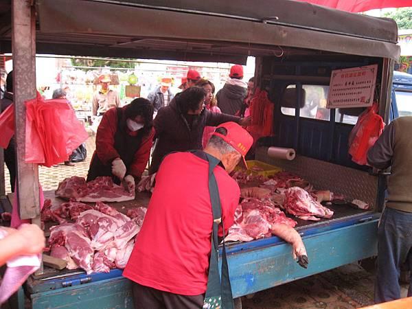 正在分豬肉
