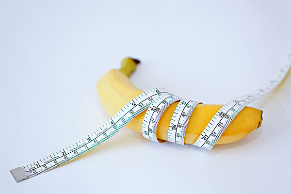 香蕉富含營養,吃對時間功效更顯著。 健康醫療網/實習記者朱姵慈報導 大家都深知香蕉富含多種營養素,受到許多民眾喜愛,日本女星深田恭子更是以香蕉當早餐,成功減掉12公斤。出過多本腸道書籍的松生恒夫醫生表示,因現代人習慣早餐吃少,晚餐卻吃飽,若改變晚上的飲食習慣,減肥效果更顯著,建議晚餐前食用2根香蕉,再喝200c.c的開水,產生飽足感,降低食慾後過半小時再開始吃正餐。10天瘦3公斤是可能做到的事。   香蕉低卡 富含營養 一根香蕉的熱量約86大卡,遠低於一碗250大卡的白飯,吃完後也有飽足感。最重要的是,香蕉有維生素B6、維生素C、鉀、鎂、礦物質等天然成分,能夠補充人體不足的營養素。英國的營養專家Katie Hiscock認為,對運動員或一般從事運動的人,香蕉確實是完美的食物,「香蕉一應俱全,不但食用方便,又富含營養。」此外,香蕉含有水溶性食物纖維及寡糖,增加腸道內益生菌的數量,提升免疫力。   吃對香蕉 美容又瘦身 香蕉亦含有非水溶性食物纖維,能刺激腸壁促進蠕動,幫助消除便秘。但是「綠色」香蕉富含抗性澱粉,難以被腸道消化,而且還含有鞣質,具有收斂性,這些要素雖有助改善拉肚子,卻無法幫助排便,反而有可能繼續便祕。  另外,香蕉富含鉀,鉀能幫助血壓穩定、同時預防運動時易產生的痙攣,不過醫生提醒,香蕉含鉀量高,會使血液中的鉀離子升高,降低尿量,提升酸血症、感染的機率,所以腎病患者要避免食用。晚上食用香蕉還有更多益處,入睡時(半夜11點到凌晨1點)我們體內分泌的生長激素分泌最旺盛,具有抗老化及燃脂的效果,香蕉中的「精氨酸」可以活化生長激素,幫助民眾美容、瘦身。