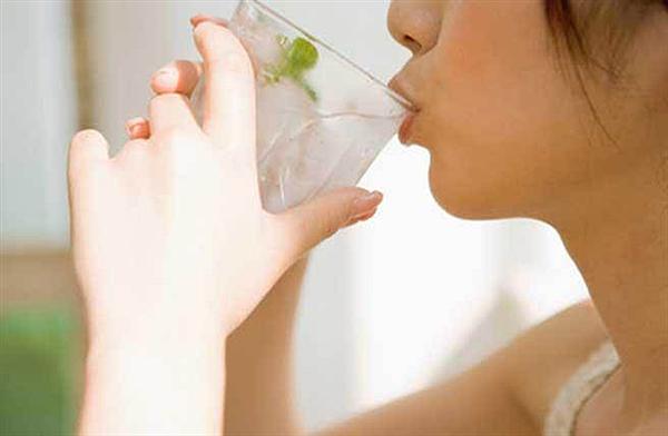 「冷開水VS熱開水」,洗完澡後應該要喝的是哪一個?