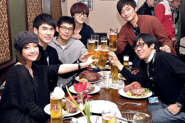 和一頁台北劇組一起喝啤酒、吃豬腳共度除夕夜