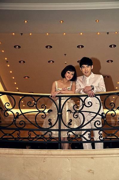 兩位主角白色裝扮,浪漫出席台灣之夜