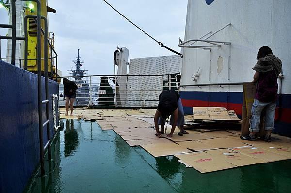 為了讓小馬兒能安安穩穩的走路,工作人員必須用紙箱把濕滑的甲板全部鋪滿