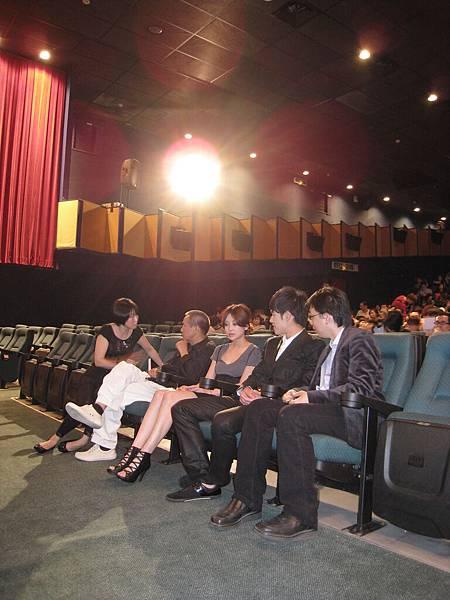 演員與貴賓們迫不及待與觀眾一同觀賞作品「有一天」