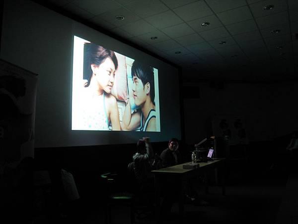 座談中,導演特地要求關燈、讓大家細細地聆聽由蘇慧倫演唱的同名電影主題曲「有一天」。