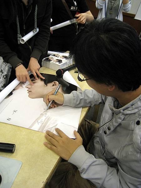 貼心的小侯導,一一地寫上學生們的名字。