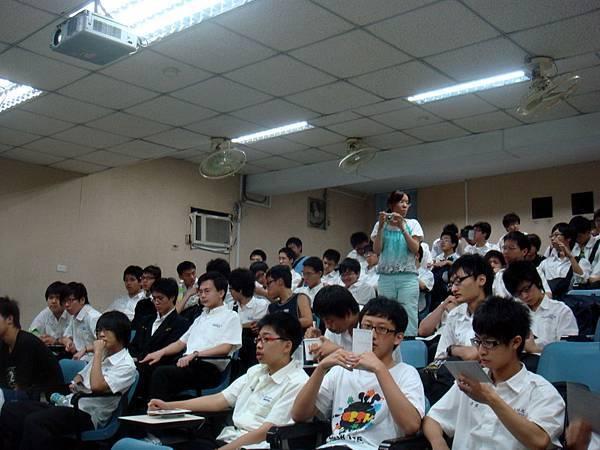 男校學生參加電影座談會也是很熱誠的