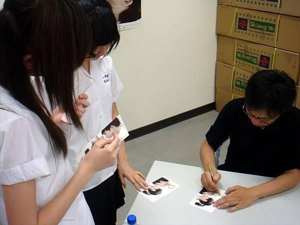 同學也很踴躍的請導演簽名