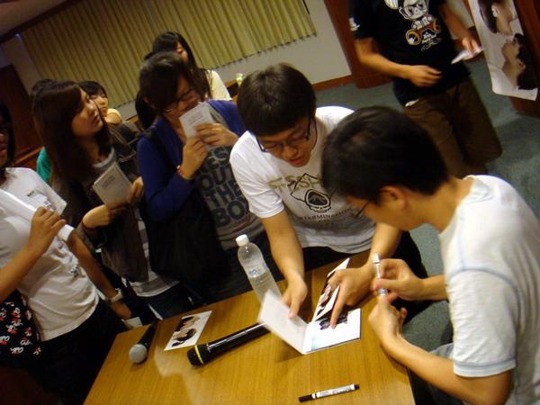火速的簽名會,導演馬上就要趕回台北!