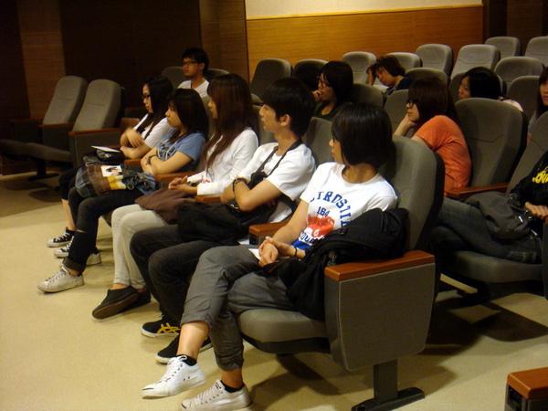 同學在放學之後還特地留下來參加座談